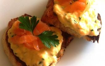 Bruschette con uova strapazzate e salmone affumicato