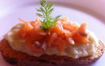 Antipasto sfizioso con crema di finocchi e salmone