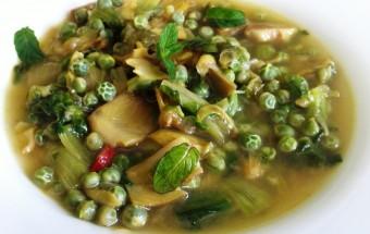 Zuppa fredda con carciofi, piselli e scarole