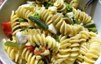 Insalata di pasta con verdure e salmone